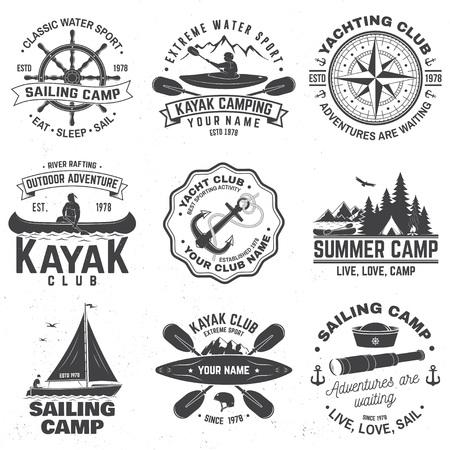 Conjunto de insignias de campamento de vela, canoa y club de kayak. Vector. Concepto de camiseta, estampado, sello o camiseta. Diseño de tipografía vintage con montaña, río, silueta de kayakista. Deporte acuático extremo.