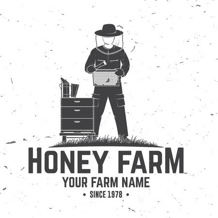 Insigne de ferme d'abeilles à miel. Vecteur. Concept pour chemise, impression, timbre ou tee. Conception de typographie vintage avec silhouette de ruche et d'apiculteur. Design rétro pour l'entreprise agricole d'abeilles mellifères