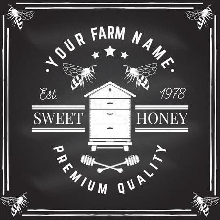 Insigne de ferme de miel. Vecteur sur le tableau. Concept pour chemise, timbre ou tee. Conception de typographie vintage avec silhouette d'abeille, de ruche et de louche de miel. Design rétro pour l'entreprise agricole d'abeilles mellifères