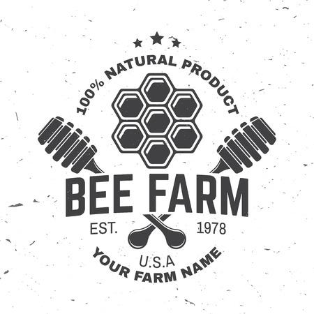 Insigne de ferme de miel. Vecteur. Concept pour chemise, impression, timbre ou tee. Conception de typographie vintage avec pièce en nid d'abeille et silhouette de louche de miel. Design rétro pour l'entreprise agricole d'abeilles mellifères Vecteurs