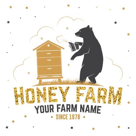 Insigne de ferme d'abeilles à miel. Vecteur. Concept pour chemise, impression, timbre ou tee. Conception de typographie vintage avec silhouette d'apiculteur de ruche et d'ours. Design rétro pour l'entreprise agricole d'abeilles mellifères