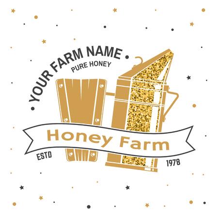 Insigne de ferme d'abeilles à miel. Vecteur. Concept pour l'impression, le timbre ou le tee. Conception de typographie vintage avec silhouette de fumeur d'abeilles. Design rétro pour l'entreprise agricole d'abeilles mellifères.