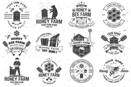 Ensemble d'insigne de ferme d'abeilles mellifères. Vecteur. Concept pour l'impression, le timbre ou le tee. Conception de typographie vintage avec silhouette d'abeille, de nid d'abeille, de ruche et de louche de miel. Conception pour l'entreprise agricole d'abeilles mellifères Vecteurs