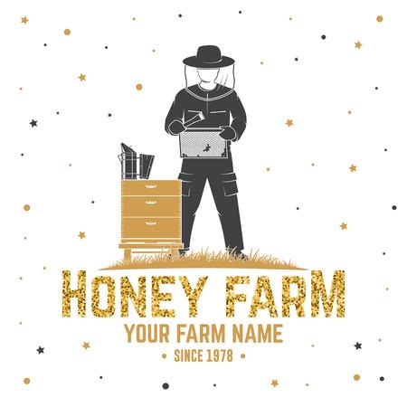 Insigne de ferme d'abeilles à miel. Vecteur. Concept pour chemise, impression, timbre ou tee. Conception de typographie vintage avec silhouette de ruche et d'apiculteur. Design rétro pour l'entreprise agricole d'abeilles mellifères Vecteurs