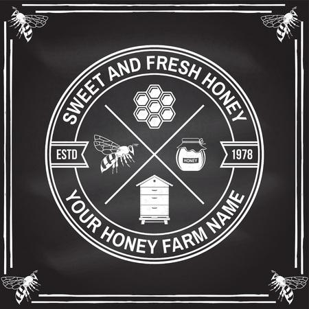 Insigne de ferme de miel. Vecteur. Concept pour chemise, impression, timbre ou tee. Conception de typographie vintage avec silhouette d'abeille, de ruche et de louche de miel. Design rétro pour l'entreprise agricole d'abeilles mellifères
