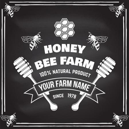 Insigne de ferme de miel. Vecteur. Concept pour chemise, impression, timbre ou tee. Conception de typographie vintage avec abeille, morceau de nid d'abeille et silhouette de louche de miel. Design rétro pour l'entreprise agricole d'abeilles mellifères Vecteurs