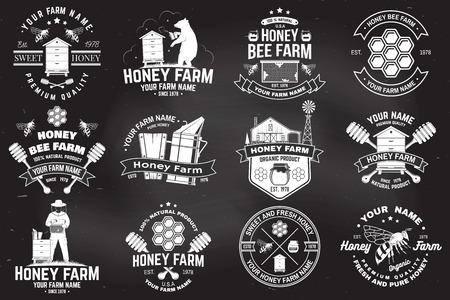 Ensemble d'insigne de ferme d'abeilles mellifères. Vecteur. Concept pour l'impression, le timbre ou le tee. Conception de typographie vintage avec silhouette d'abeille, de nid d'abeille, de ruche et de louche de miel. Conception pour l'entreprise agricole d'abeilles mellifères