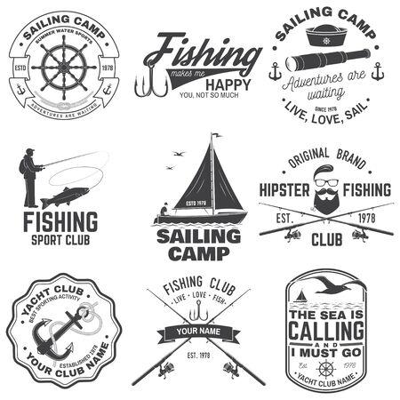 세일링 캠프와 낚시 클럽 배지 세트입니다. 벡터. 셔츠, 인쇄, 스탬프 또는 티에 대한 개념. 낚싯대와 범선 실루엣이 있는 빈티지 타이포그래피 디자인. 익스트림 수상 스포츠. 벡터 (일러스트)