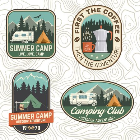 キャンプとキャラバンクラブバッジのセット。ベクトル。ロゴ、プリント、スタンプ、パッチ、ティーのコンセプト。キャンプトレーラー、コーヒーメーカー、森林と山のシルエットとヴィンテージタイポグラフィデザイン。 ベクターイラストレーション