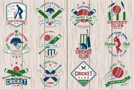 Patch ou autocollant de club de cricket. Vecteur. Concept pour chemise, timbre ou tee. Conception de typographie vintage avec silhouette de chauve-souris, de guichet, de caution et de balle de cricket. Modèles pour club de sport.