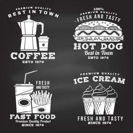 Set van fastfood retro badge ontwerp op het schoolbord. Vintage design met hod dog, koffie, ijs, frietjes voor pub of fastfood. Sjabloon voor verpakking en menu