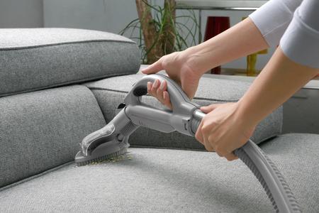 personal de limpieza: Aspiradora. Mujer Use la aspiradora Foto de archivo