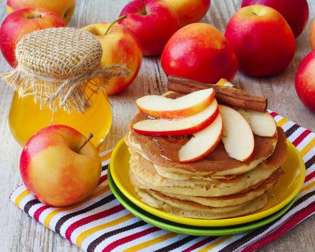 Fresh homemade pancake with apples, honey and cinnamon Zdjęcie Seryjne