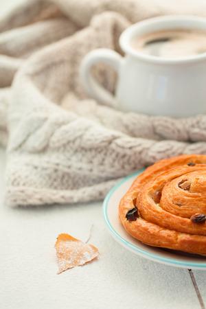 Coffee and cinnamon  raisin bun. Stockfoto