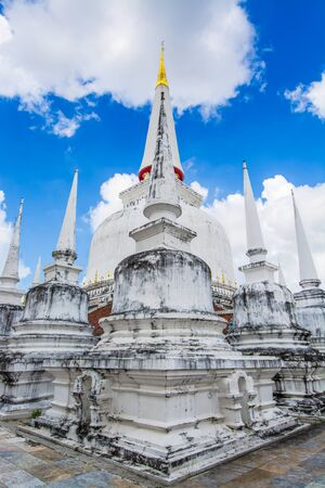 Beautiful white pagodas with blue sky and white clouds background, Wat Phra Mahathat Woramahawihan  is the most important temple in South of Thailand. Standard-Bild