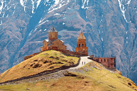 El hermoso paisaje con iglesia cerca de Kazbegi, Georgia, el Cáucaso. Foto de archivo - 37483290