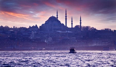 A boat trip on the Bosphorus at sunset. Istanbul at sunset. Evening Istanbul. Tourist trip in Turkey. Banque d'images