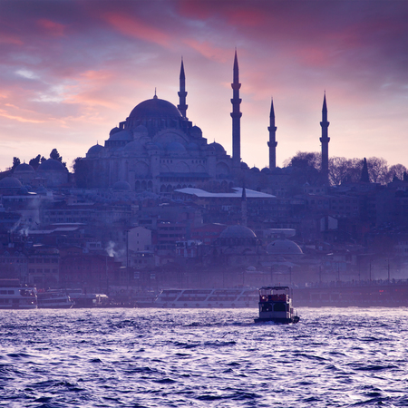 turkey: Un paseo en barco por el Bósforo al atardecer. Estambul al atardecer. Tarde Estambul. Viaje de turismo en Turquía.
