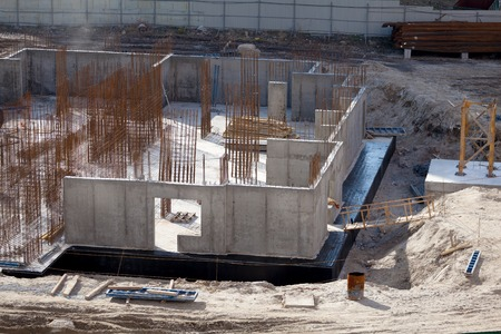 Monolithic frame construction of the building. Solid walls of concrete. The framework for the walls. Formwork for walls made of concrete. Construction of the building. 版權商用圖片