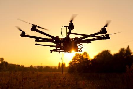 Abejón en un fondo de una hermosa puesta de sol. UAV en vuelo. Quadrocopters en la radio. Foto de archivo - 46352525