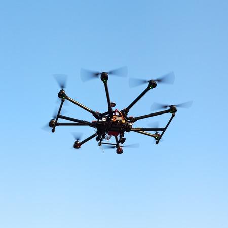 Abejón en un fondo de una hermosa puesta de sol. UAV en vuelo. Quadrocopters en la radio. Foto de archivo - 46352532