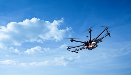 Copter flight against the blue sky. RC aerial drone. Banque d'images