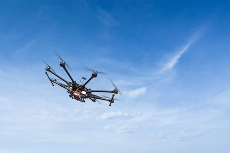 美しい夕日の背景には歯車とヘリコプターを飛行します。