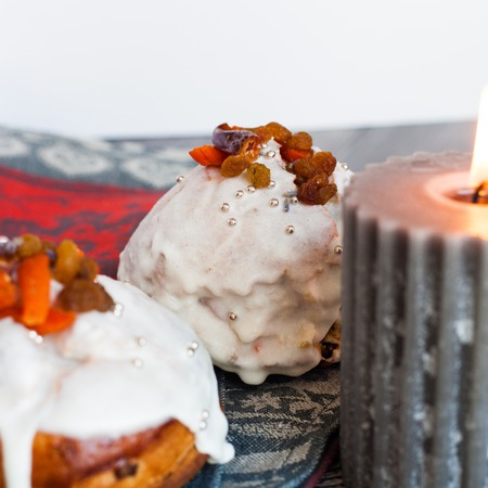 easter candle: Rich Easter cake with dried fruits and a burning candle on a gray background.