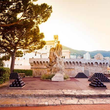ville: MONTE CARLO, MONACO - AUGUST 27, 2016: Monument near building of Princes Palace in Monaco-ville in the evening, Monaco