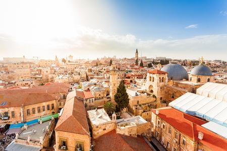 Oude stad van Jeruzalem met de luchtmening. Zicht op de kerk van het Heilig Graf, Israël. Stockfoto