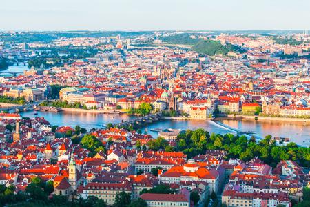 ペトシーン タワーからプラハの旧市街のパノラマ。夕暮れ時のヴルタヴァ川の橋の美しい景色。旧市街の建築、チェコ共和国。
