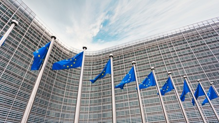 La coda dei campanili con le bandiere blu dell'Unione Europea