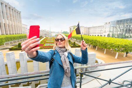 Woman traveler looks at the sights of Brussels, Belgium. Foto de archivo - 133745292