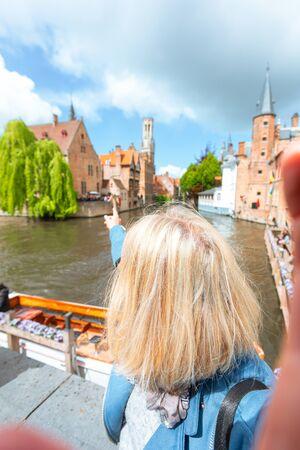 Woman tourist sightseeing Bruges, Belgium Foto de archivo - 133745295