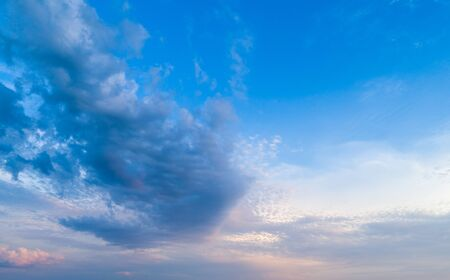 Beautiful sky with sunset sun and beautiful clouds Banque d'images