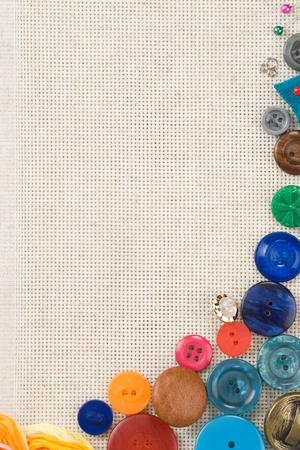 n�hzeug: N�hzeug mit Kn�pfen und Nadeln auf Baumwolle Hintergrund Lizenzfreie Bilder