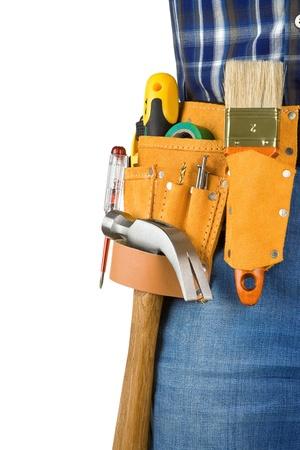 suede belt: el hombre y las herramientas en la cinta de cuero aisladas sobre fondo blanco