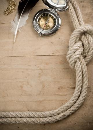 fixed line: cuerdas de barco y una br�jula en el fondo de madera