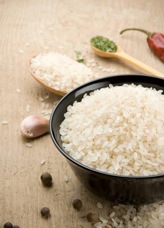 arroz blanco: el arroz y la comida sana en la madera Foto de archivo