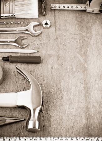 werkzeug: Werkzeuge und Instrumente auf Holzbrett auf Sepia Lizenzfreie Bilder