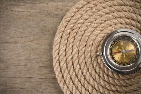 marinero: cuerdas de barco y la br�jula sobre fondo de madera
