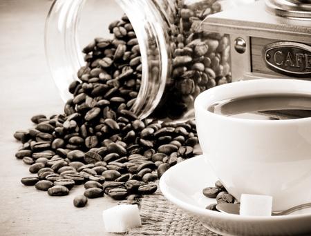 molinillo: taza de caf� y una amoladora de color sepia