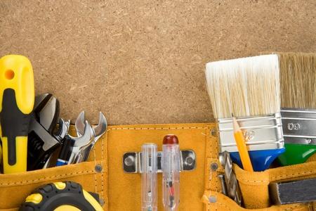 suede belt: herramientas en la cinta sobre la textura de madera Foto de archivo