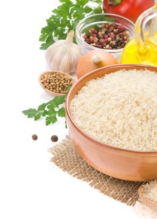 arroz blanco: el arroz y el ingrediente alimentario aisladas sobre fondo blanco