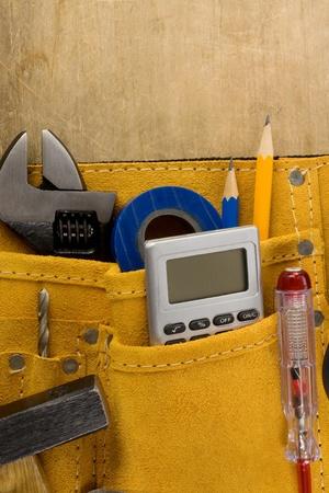 suede belt: herramientas en el cintur�n de la construcci�n en la textura de madera Foto de archivo