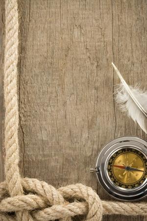 cordes de navires et de la boussole sur fond de bois