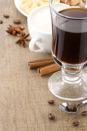 Tasse Kaffee mit gerösteten Bohnen auf Holz