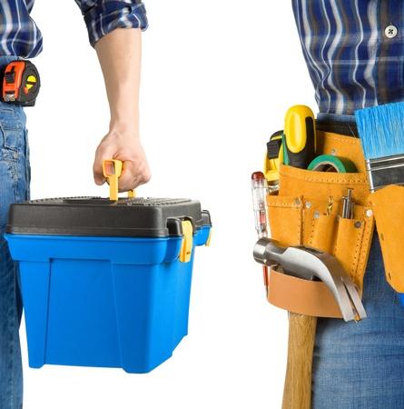 suede belt: el hombre y la caja de herramientas con cintur�n aisladas sobre fondo blanco