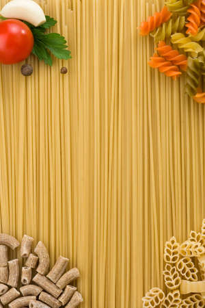 ear checked: pasta cruda de ingredientes y alimentos como tel�n de fondo