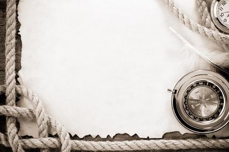 marine bird: cuerdas de barco y una br�jula en el viejo papel viejo del grunge